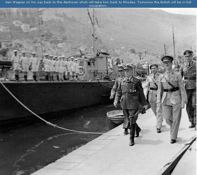 Ο γερμανός διοικητής επιστρέφει στο πλοίο που θα τον μεταφέρει στην Ρόδο μετά την υπογραφή παραδόσεως στην Σύμη στις 7-5-1945