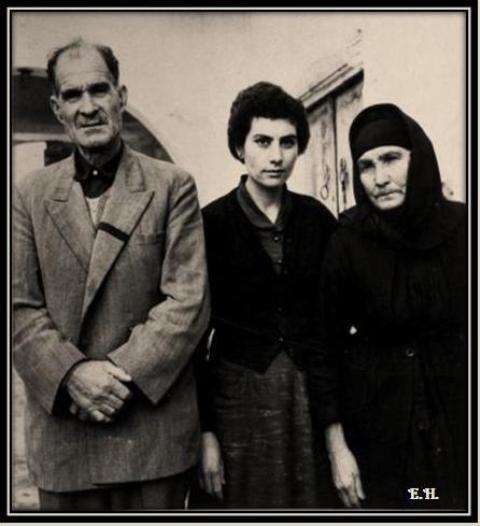 Οι γονείς τού Γρηγόρη, Πιερής και Αντωνού Αυξεντίου, με την Βασιλική