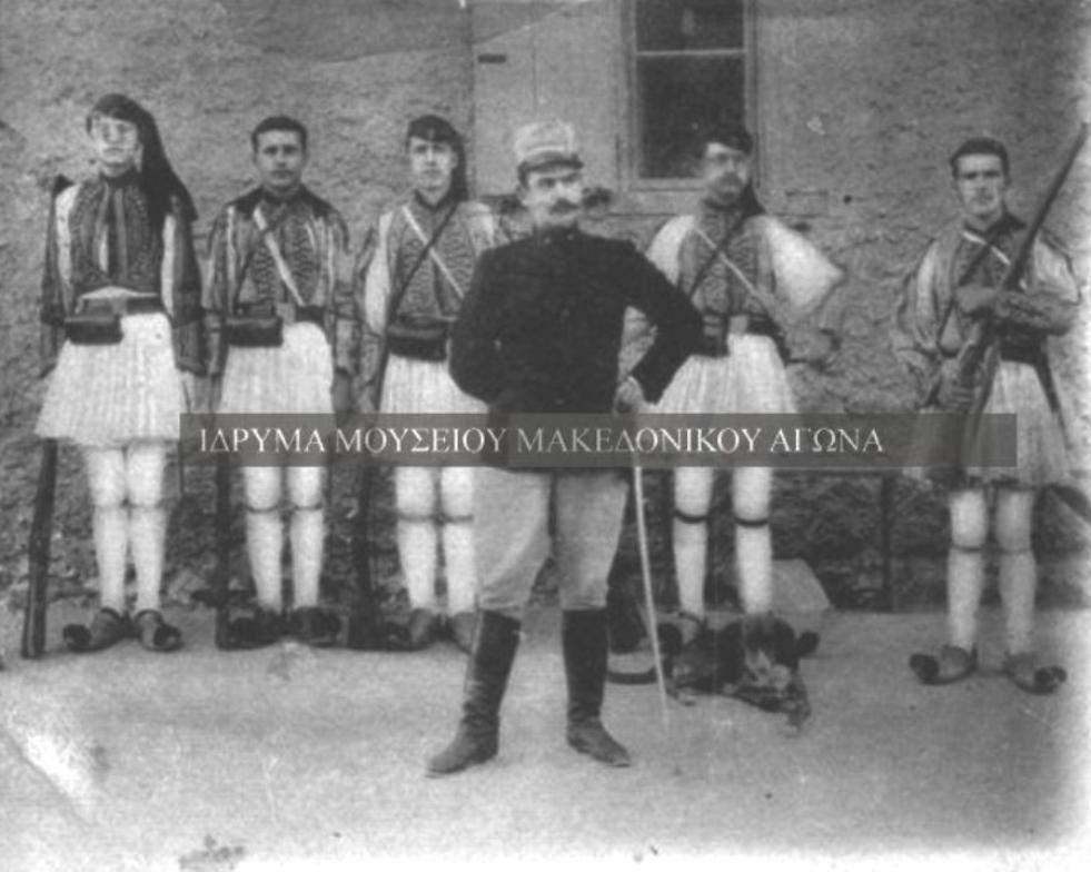 Φωτογραφία του Αντώνη Βλαχάκη (καπετάν Λίτσας) μαζί με φουστανελοφόρους άνδρες