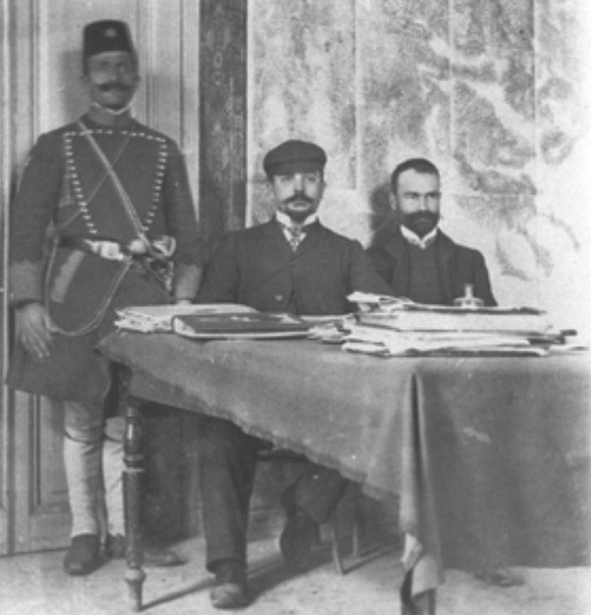 Αθανασίος Εξαδάκτυλος (καθιστός δεξιά) και Γεωργίος Κακουλίδης (καθιστός αριστερά, με την τραγιάσκα).