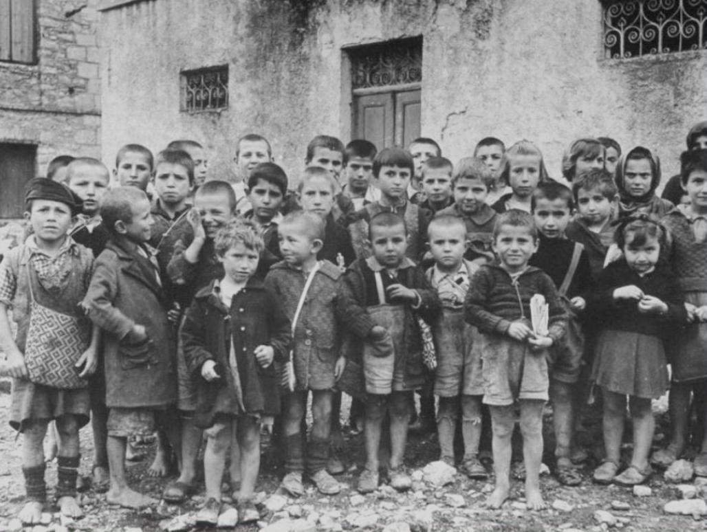 Ελληνόπουλα φωτογραφημένα από τον Ερυθρό Σταυρό τον Οκτώβριο τού 1944