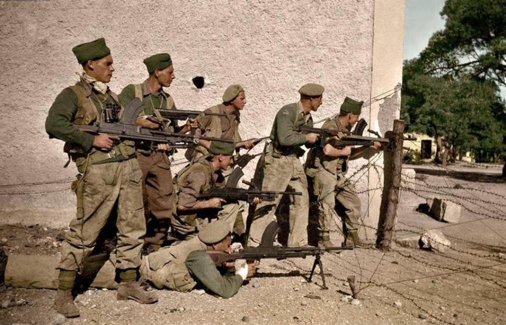 Βρετανοί κομάντος της SAS ποζάρουν για τον φακό σε κάποιο ελληνικό νησί το 1942. Πιθανότατα, κάποιοι εξ αυτών πήραν μέρος στην επίθεση κατά του αεροδρομίου του Ηρακλείου την 13η Ιουνίου.