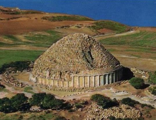 Το ταφικό μνημείο τής Κλεοπάτρας Σελήνης και τού συζύγου της Ιόβα στην σημερινή Αλγερία