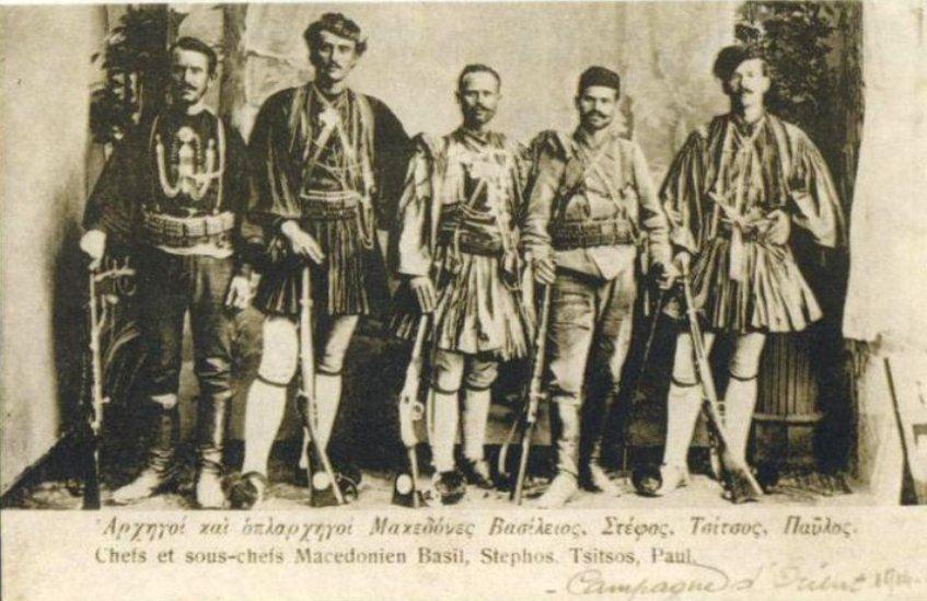 Παύλος Νικολαϊδης Ρακοβίτης (δεύτερος από δεξιά) με το Στογιάννη Τσίτσο, το Στέφο Γρηγορίου, κ.α.