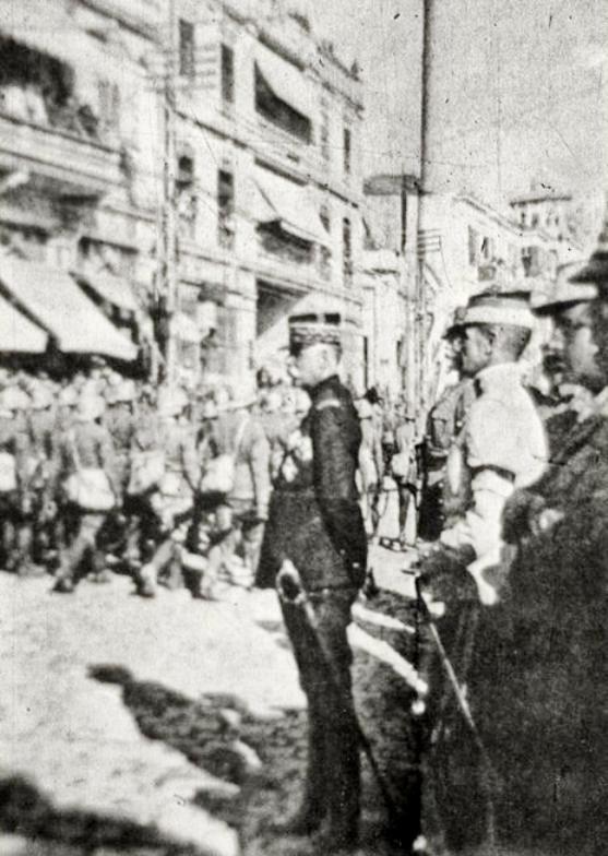 """Ὁ γάλλος στρατηγὸς Σαράιγ, παρακολουθεῖ παρέλαση τῶν """"συμμαχικῶν"""" στρατευμάτων στὴν Θεσσαλονίκη."""