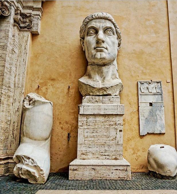 ΕΛΛΗΝΟΙΣΤΟΡΕΙΝΜέρη από το κολοσσιαίο αγαλμα του Μ. Κωνσταντίνου που βρίσκονται στο Παλάτσο ντι Κονσερβατόρι στην πλατεία Καπιτωλίου στην Ρώμη