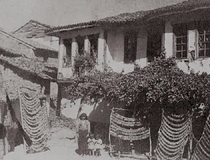 Στέγνωμα καπνόφυλλων σε σπίτι καπνοπαραγωγού στην περιοχή Ξάνθης. Αρχές 20ου αι. Φωτ. αρχείο Ν.Αλεξίκου