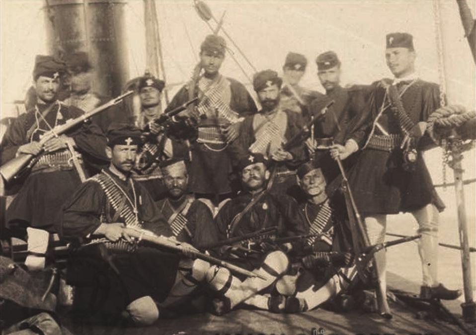 Μακεδονομάχοι του Σώματος Ακρίτα στο κατάστρωμα του «Κεφαλλήνια». 1904-1905.