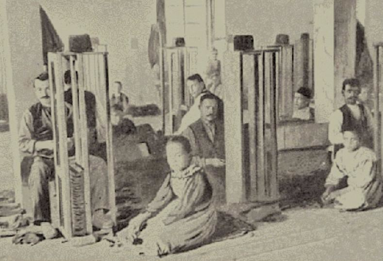 Κλασική επεξεργασία καπνού-κατασκευή δεμάτων-σε καπναποθήκη της Καβάλας. Αρχές 20ου αι. Αρχείο Δημοτικού Μουσείου Καβάλας