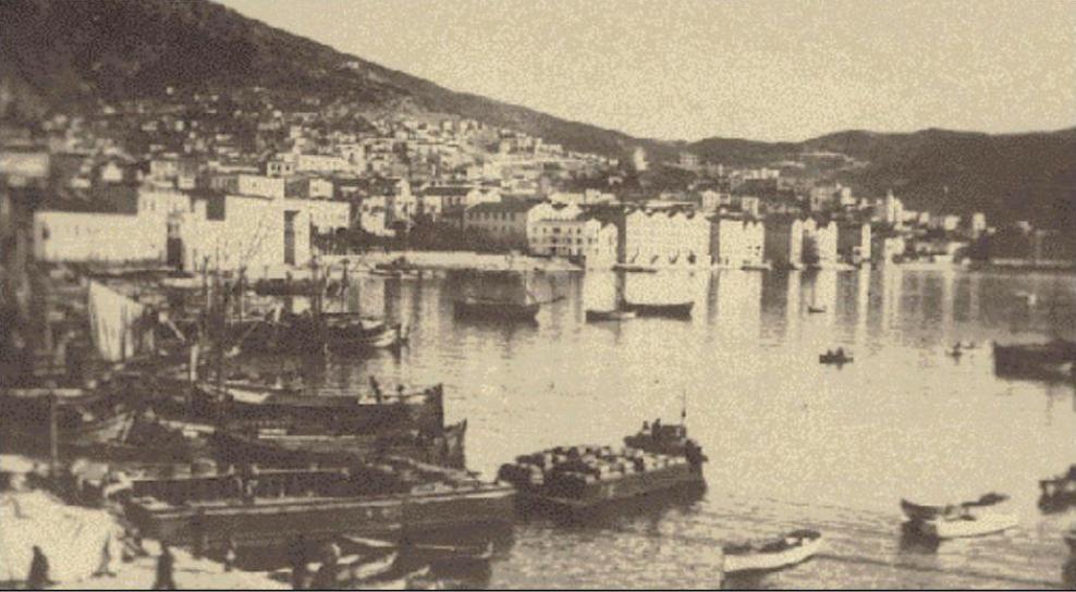 Η καβάλα πριν το 1929. Το λιμάνι της πόλης δεν έχει κατασκευαστεί ακόμη. Διακρίνονται οι καπναποθήκες κοντά στην παραλία.