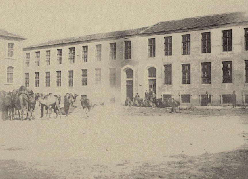 Καπνεργάτες και καμηλιέρηδες με τις καμήλες τους μπροστά σε καπναποθήκη της Ξάνθης το 1890. (Από το λεύκωμα Ξάνθη 1870-1940 του Στέφανου Ιωαννίδη εκδ.1990)