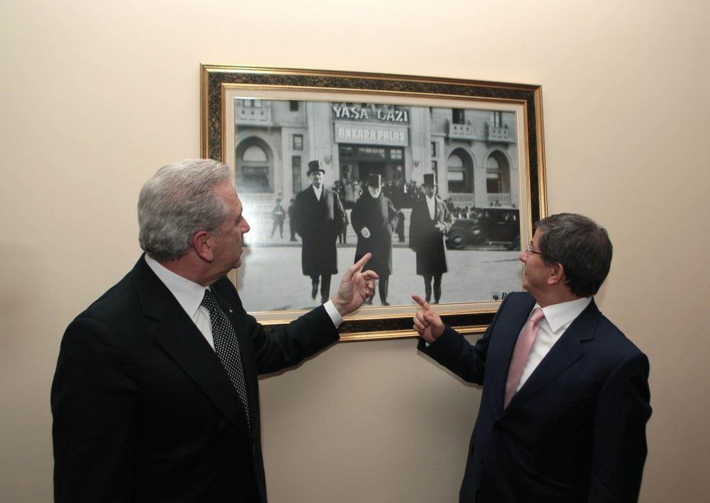 Οι Υπ.Εξ. Ελλάδος και τουρκίας (Αβραμόπουλος και Νταβούτογλου) μπροστά στην φωτογραφία του Ελ.Βενιζέλου με τον Μουσταφά Κεμάλ.