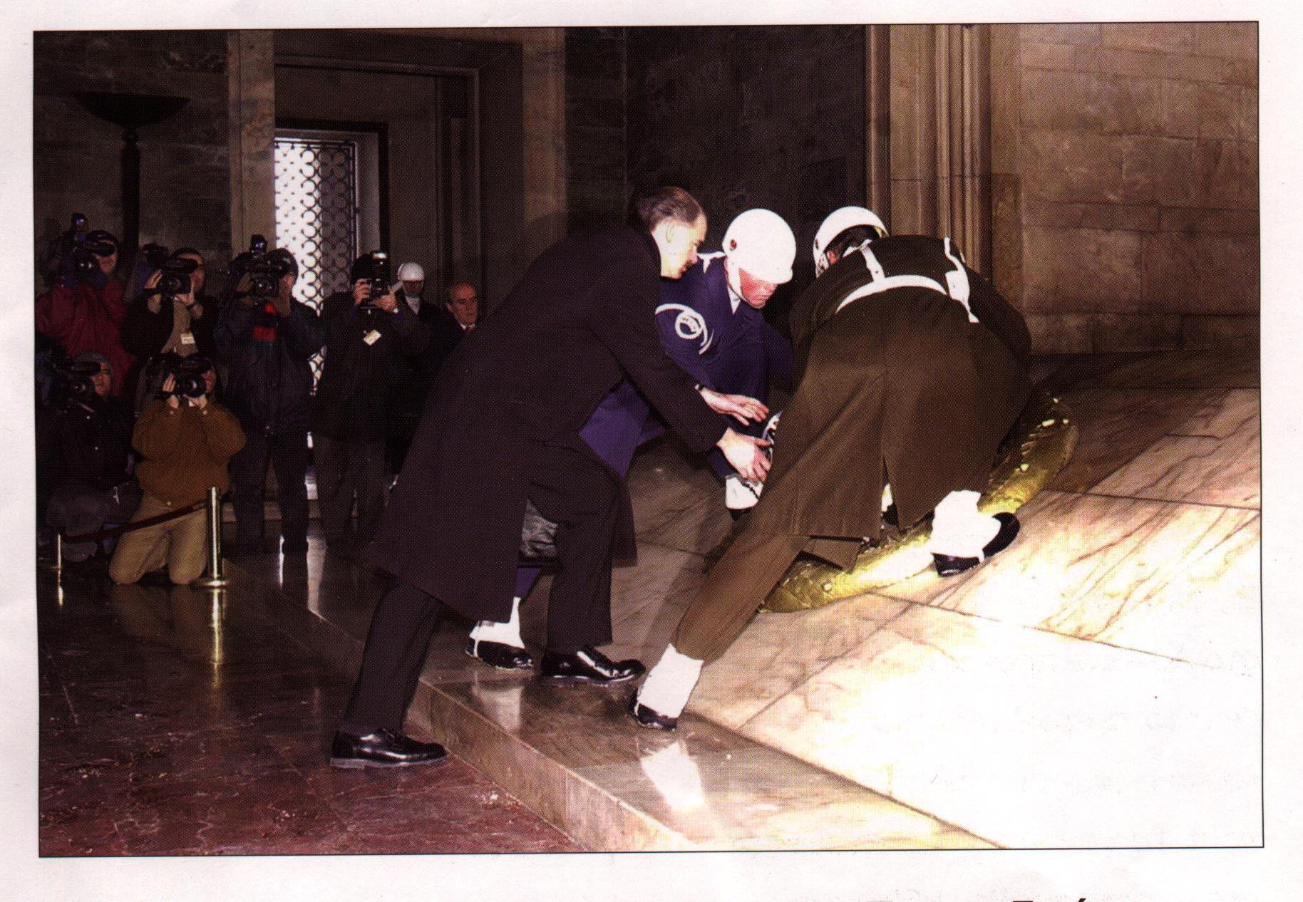 Ο Υπ.Εξ. του Πασοκ Γεώργιος Α.Παπανδρέου, σκύβει για να καταθέσει στεφάνι στον τάφο του σφαγέα