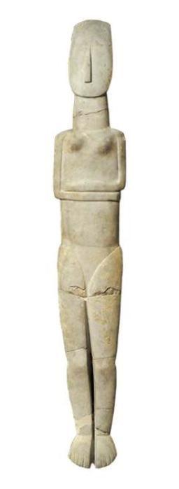 Γυναικείο άγαλμα από παριανό μάρμαρο, του τύπου με διπλωμένα χέρια κάτω από το στήθος. Aμοργός, Πρωτοκυκλαδική II Eποχή (φάση Kέρου-Σύρου, 2800-2300 π.X.).Πρόκειται για μοναδικό έργο, αφού είναι το μεγαλύτερο σε μέγεθος από τα μέχρι σήμερα γνωστά δείγματα της Kυκλαδικής πλαστικής και σώζεται ακέραιο (ύψος 1,52 μ.).
