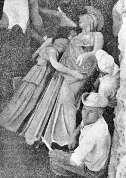 Η χάλκινη Αθηνά αγκαλιά με την μικρή επίσης χάλκινη Αρτέμιδα.Ιωάννου Αλεξάνδρου Μελετοπούλου. ΠΕΙΡΑΪΚΑΙ ΑΡΧΑΙΟΤΗΤΕΣ. Ανάτυπον εκ της ετησίας εκδόσεως Πειραιάς 1960.