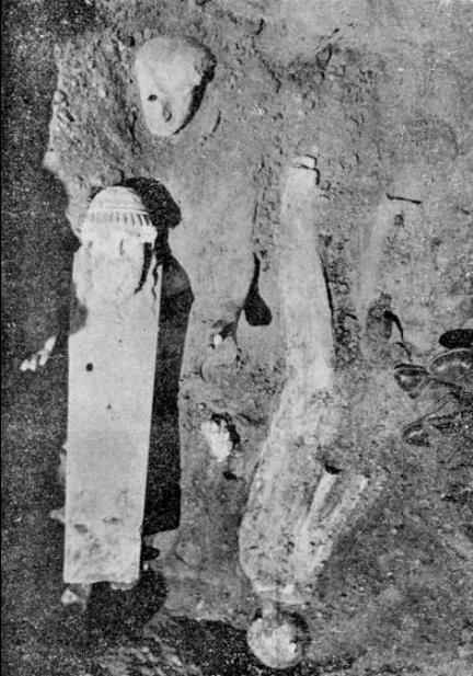 Ο κούρος η κόρη και η Ερμαϊκή στήλη πριν αποκαλυφθούν πλήρως.Ιωάννου Αλεξάνδρου Μελετοπούλου. ΠΕΙΡΑΪΚΑΙ ΑΡΧΑΙΟΤΗΤΕΣ. Ανάτυπον εκ της ετησίας εκδόσεως Πειραιάς 1960. Εικών 22.