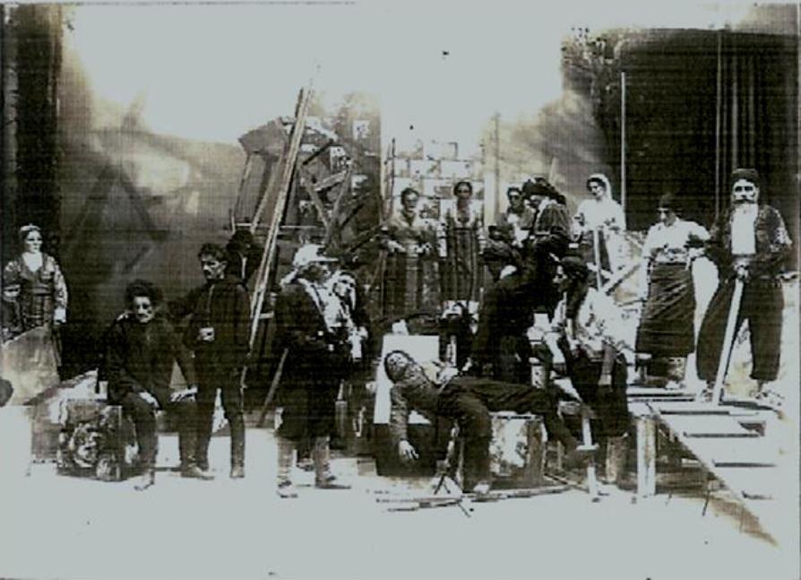 Θεατρική παράσταση από το Ελληνικό Θέατρο στο Σοχούμι, με τον ηθοποιό Ανέστη Ξυνόπουλο (από την Σάντα τού Πόντου) στον ρόλο τού Χουλιαρά στο έργο, «Τής Τρίχας το γεφύρι».