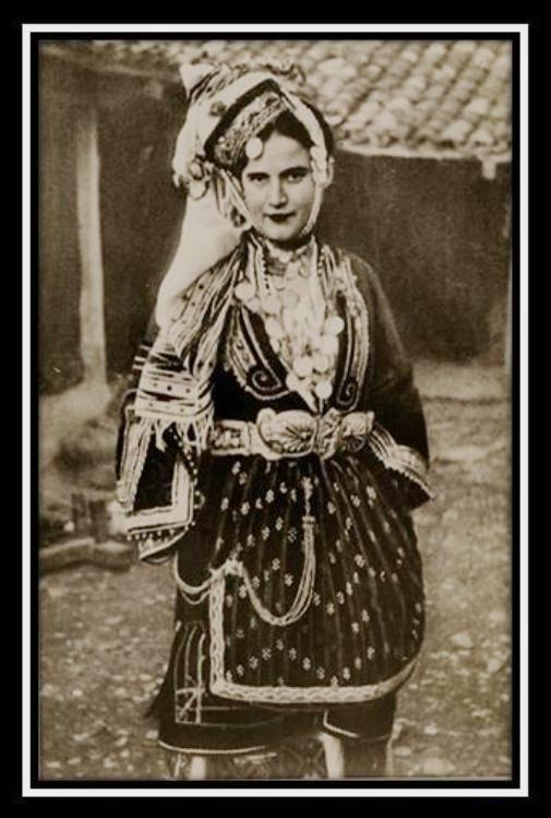 Γυναικείο γαμήλιο ένδυμα τής Επισκοπής Ημαθείας - Μακεδονία, αρχές 20ού αι. © Λαογραφικό Ίδρυμα Πελοποννήσου-Ναύπλιον