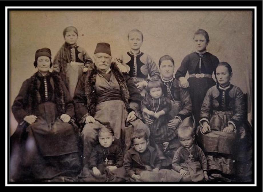 Οικογενειακή φωτογραφία τής οικογένειας Σαββαρίκα. Περίπου 1910- Αρχείο Νώντα Τσίγκα.