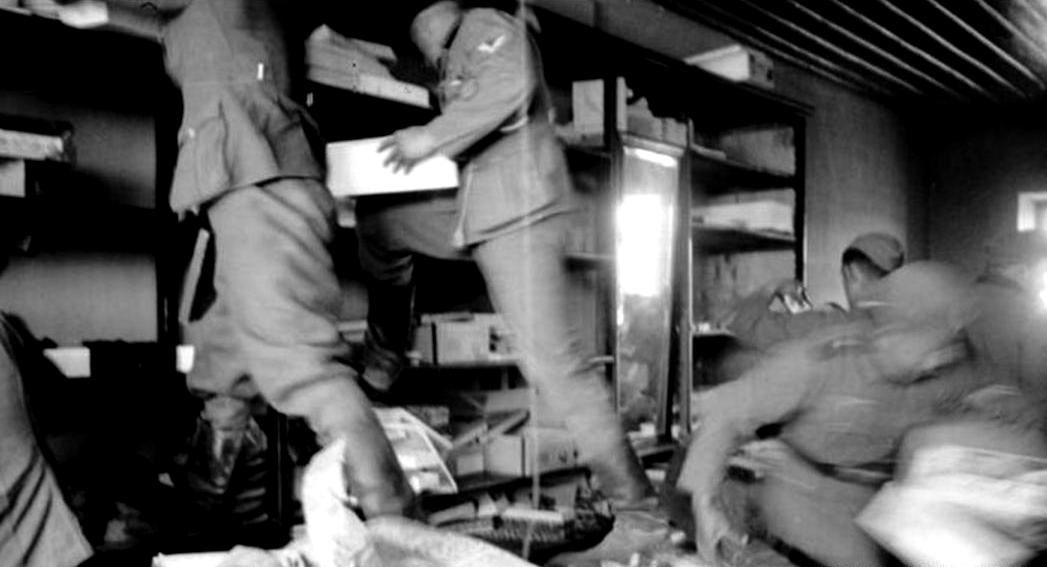 Η Ελλάς υπό κατοχή. Γερμανοί στρατιώτες, αυτοεξυπηρετούνται...(Occupied Greece German soldiers help themselves to the goods).