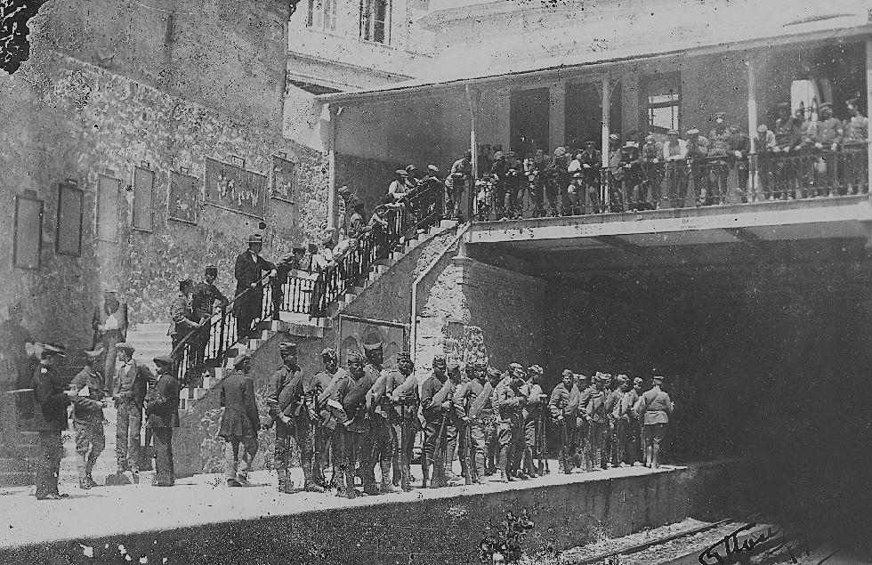 1912. Στρατιώτες και πολίτες περιμένουν τον ηλεκτρικό στο Μοναστηράκι.