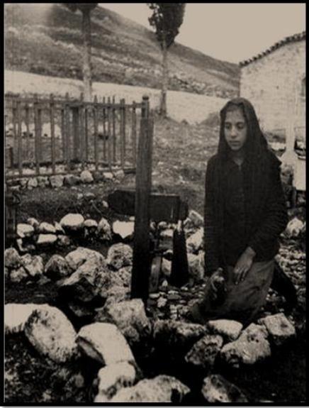 «Στο νεκροταφείο». Από το αρχείου τού Μουσείου Μπενάκη.