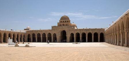 Οι ομοιότητες του τεμένους της Uqba (670 μ.Χ.), στην Τυνησία, με τα ρωμαϊκά στρατόπεδα είναι εντυπωσιακές. Μεγάλος αύλειος χώρος περιβαλλόμενος από περιστύλιο, εξέδρα (μινμπάρ) για την εκφώνηση λόγων και, στην θέση του πραιτωρίου ο χώρος προσευχής, το τζαμί, σε ρυθμό, μάλιστα, τρουλαίας βασιλικής.